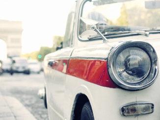 Autofahren in Frankreich: Triumph-Oldtimer auf den Champs-Élysées. Foto: ATOUT France/Nathalie Baetens