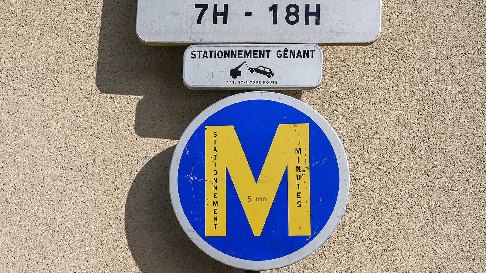 Wo solche Schilder stehen, dürft ihr nur für wenige Minuten parken – in Gaillac sind fünf Minuten dort gestattet. Foto: Hilke Maunder