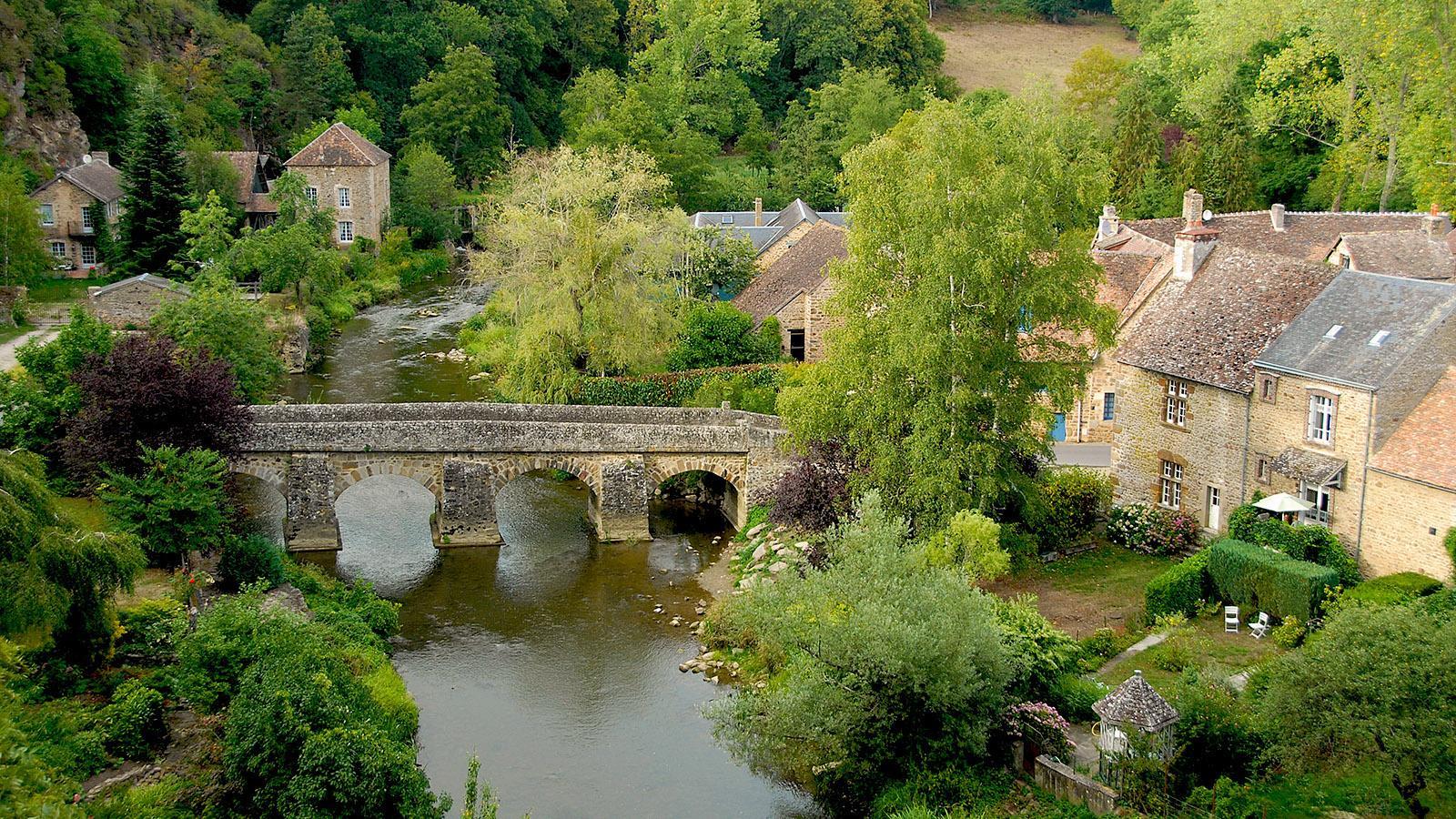 Blick auf Saint-Céneri-le-Gérei mit seiner Brücke über die Sarthe