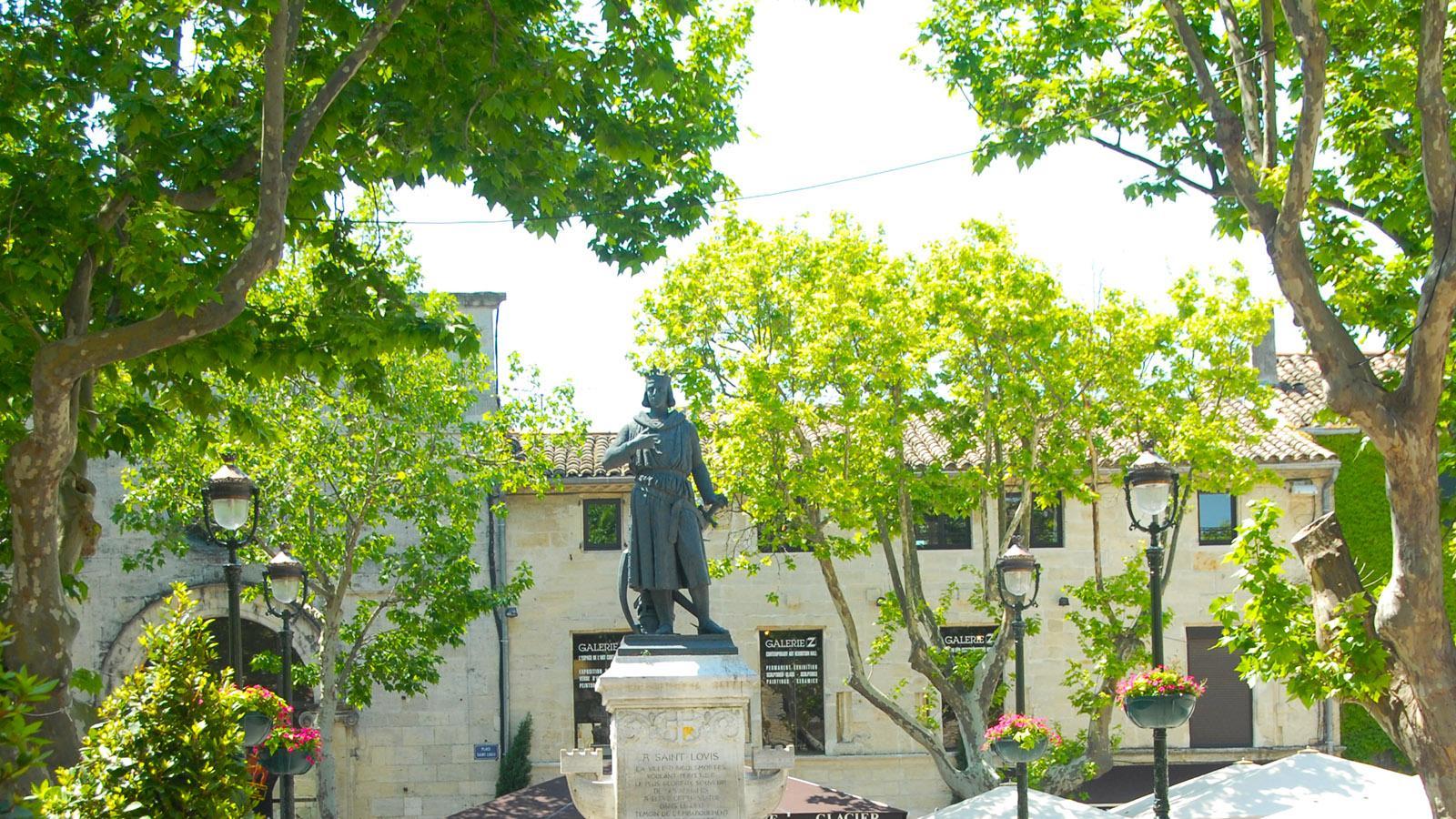 Aigues-Mortes: Statue von Louis IX auf der Place St-Louis. Foto: Hilke Maunder