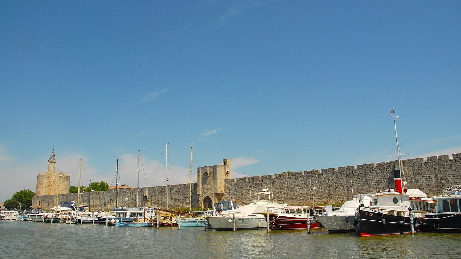 Aigues-Mortes: Blick vom Kanal nach Aigues-Mortes auf die Stadtmauer der Altstadt mit Tour Constance. Foto: Hilke Maunder