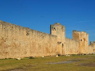 Aigues-Mortes: die südliche Stadtmauer. Foto: Hilke Maunder