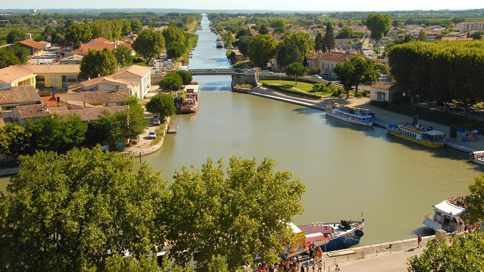 Aigues-Mortes: Blick von der Stadtmauer auf den Canal du Rhône à Sète. Foto: Hilke Maunder