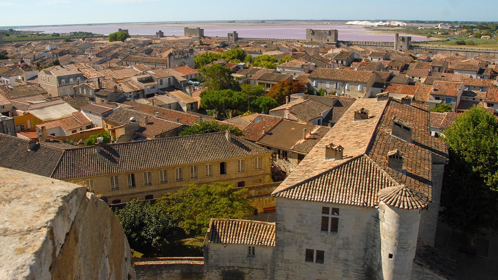 Aigues-Mortes, Blick von der nördlichen Stadtmauer auf die südliche Stadtmauer und die Salzgewinnung der Saline du Midi. Foto: Hilke Maunder