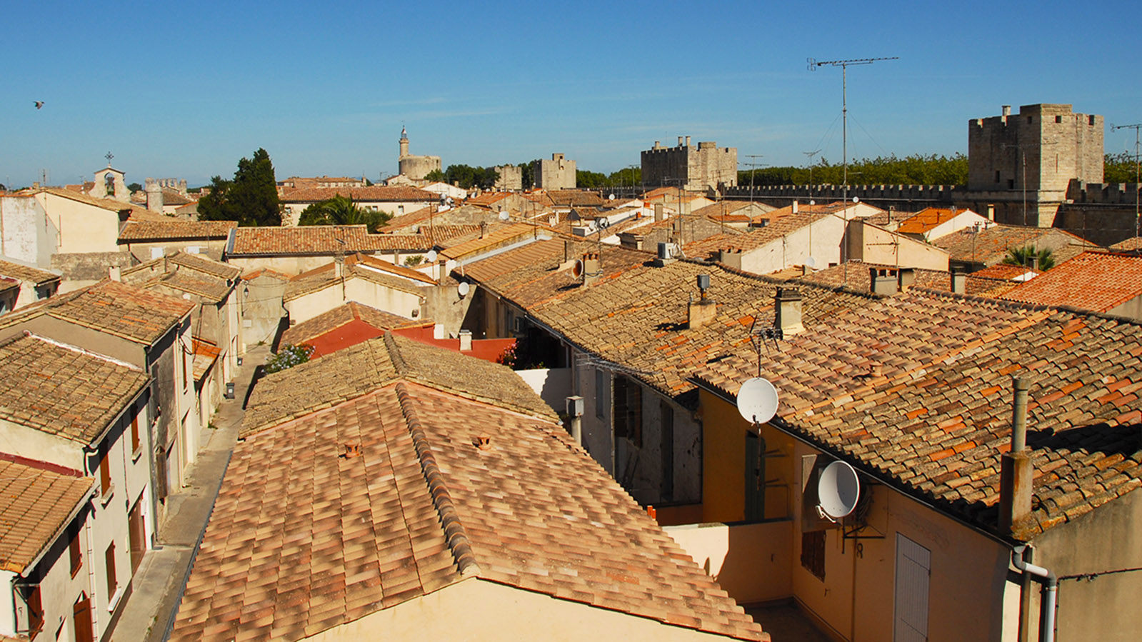 Aigues-Mortes, Blick von der Stadtmauer über die Altstadt auf den Tour de Constance. Foto: Hilke Maunder