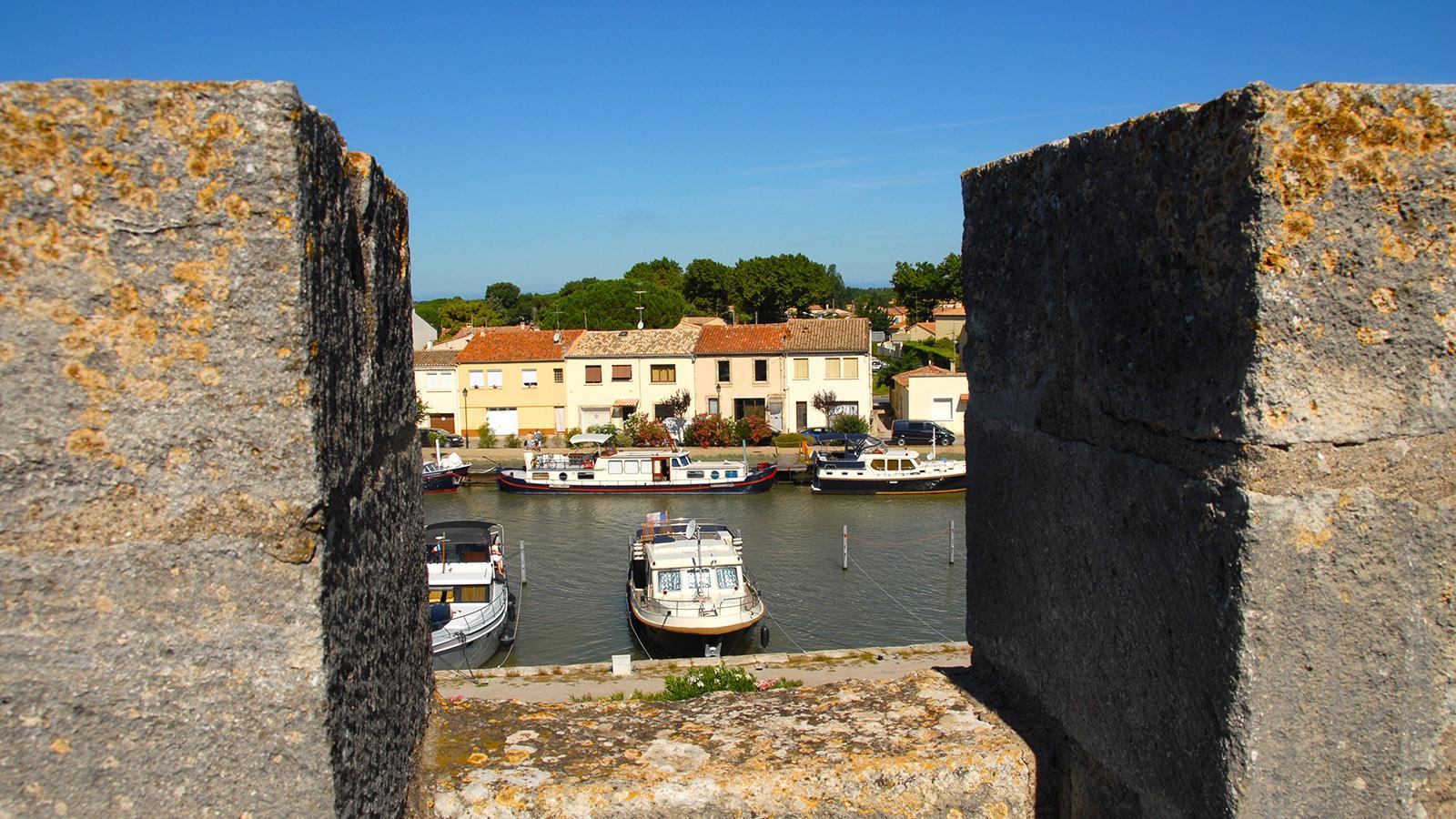 Aigues-Mortes: Blick von der Stadtmauer auf den Hafenkanal. Foto: Hilke Maunder