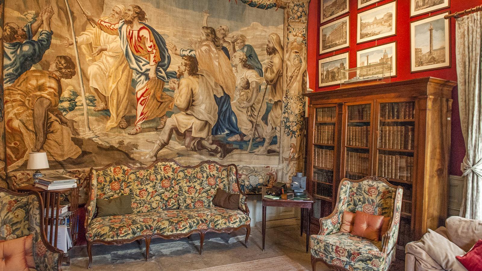 Château de Flaugergues: Auch in der Bibliothek hängt ein Wandteppich aus Antwerpen. Foto: Hilke Maunder
