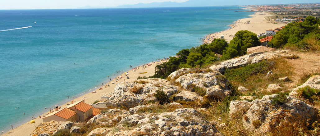 Blick vom Cap Leucate auf Port Leucate und Le Bacarès. In der Ferne: die Pyrenäen. Foto: Hilke Maunder