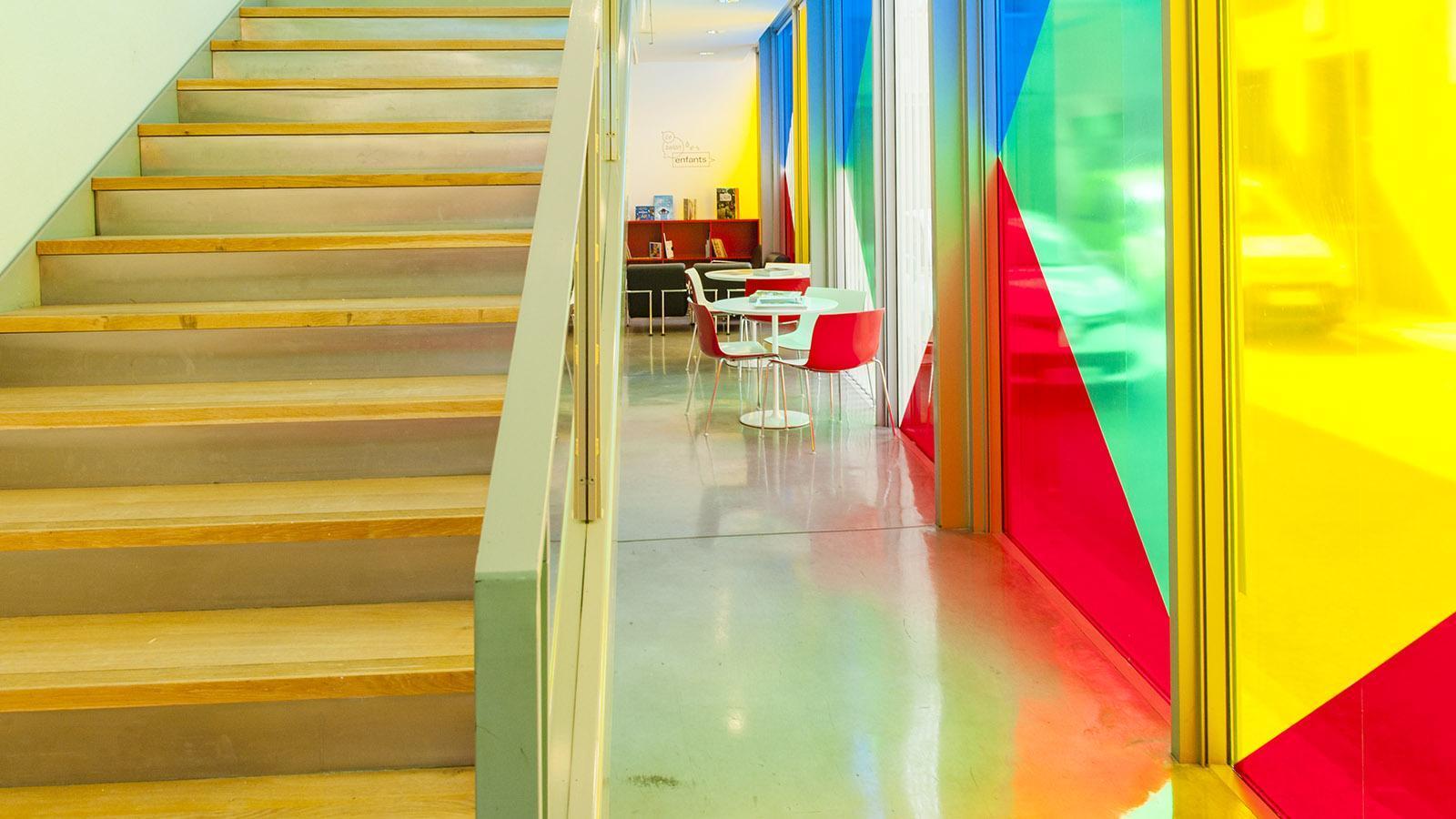Auch in Sérignan verkleidete Daniel die Fassade mit farbigen Folien - beim MRAC in Komplementärfarben. Foto: Hilke Maunder