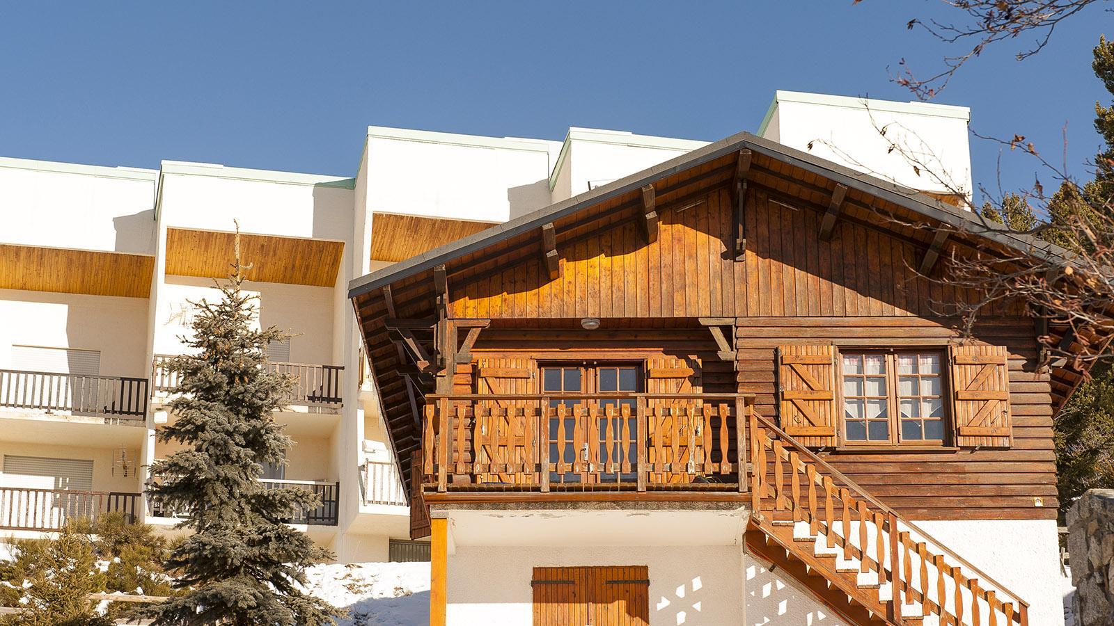 Pyrénées-Orientales: Meist aus Holz und Stein errichtet sind die Ferienhütten in Bolquère. Foto: Hilke Maunder