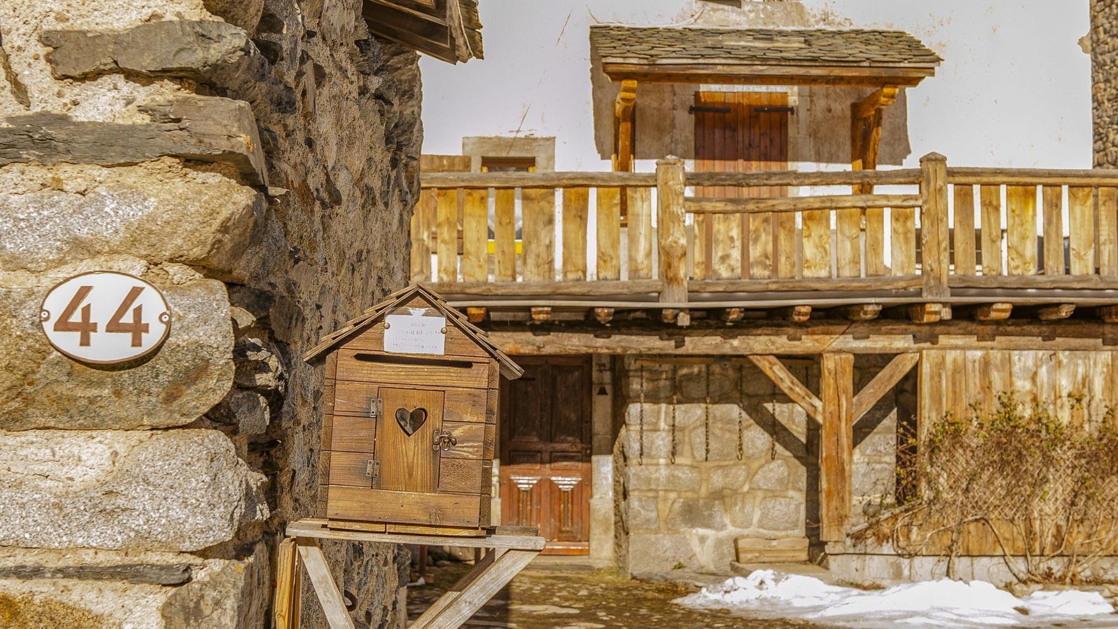 Pyrénées-Orientales: Ein Vogelhäuschen als Briefkasten: nett, die Idee der Besitzer eines traditionelles Hauses in Formiguères. Foto: Hilke Maunder