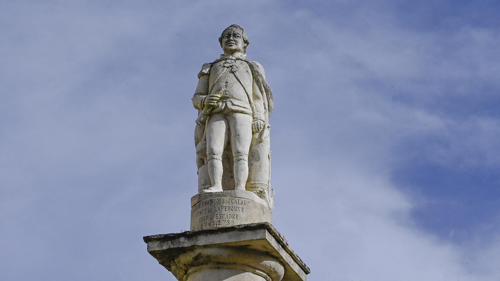 In Lisle-sur-Tarn erinnert eine Skulptur an den einstigen Kapitän Jean François de Galaup, comte de La Pérouse. Hinter dem Denkmal führt eine Gasse steil hinab zum einstigen Hafen. Foto: Hilke Maunder
