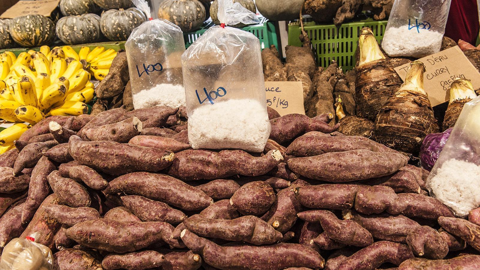 Marché de Nouméa: Roh sind sie giftig, geraspelt und gekocht Grundstock der Ernährung: Wurzeln wie Maniok, Yams und Taro. Foto: Hilke Maunder