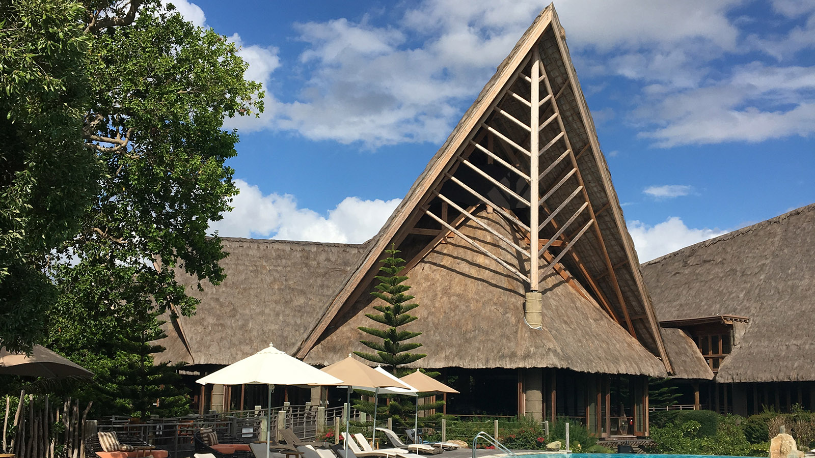 Wilde Westen: Blick vom Pool auf das Restaurant des Sheraton-Hotels. Foto_ Hilke Maunder