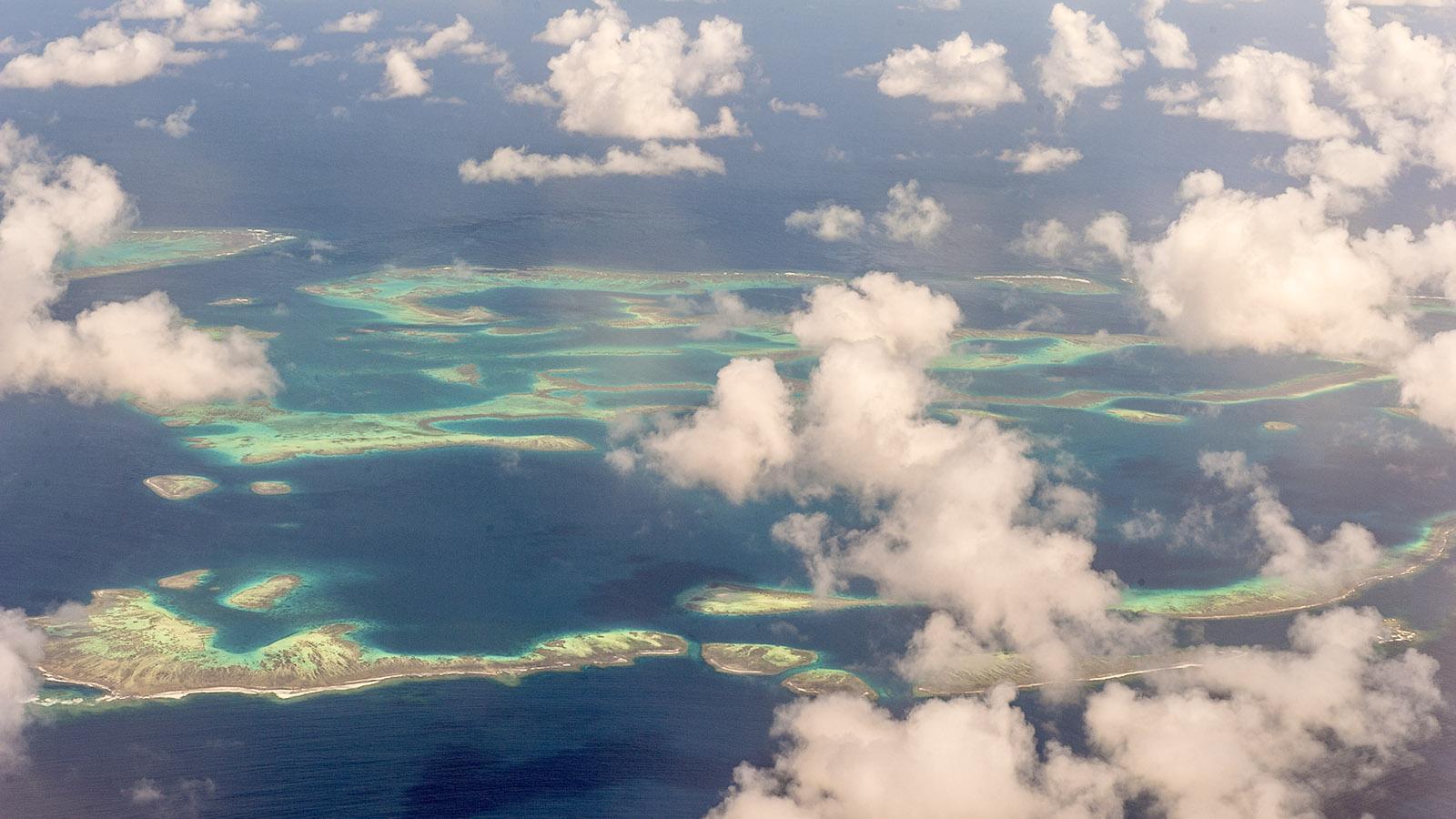 Beim Flug von Nouméa zur Île des Pins habt ihr herrliche Ausblicke auf das Weltnaturerbe des neukaledonischen Korallenmeers. Foto: Hilke Maunder