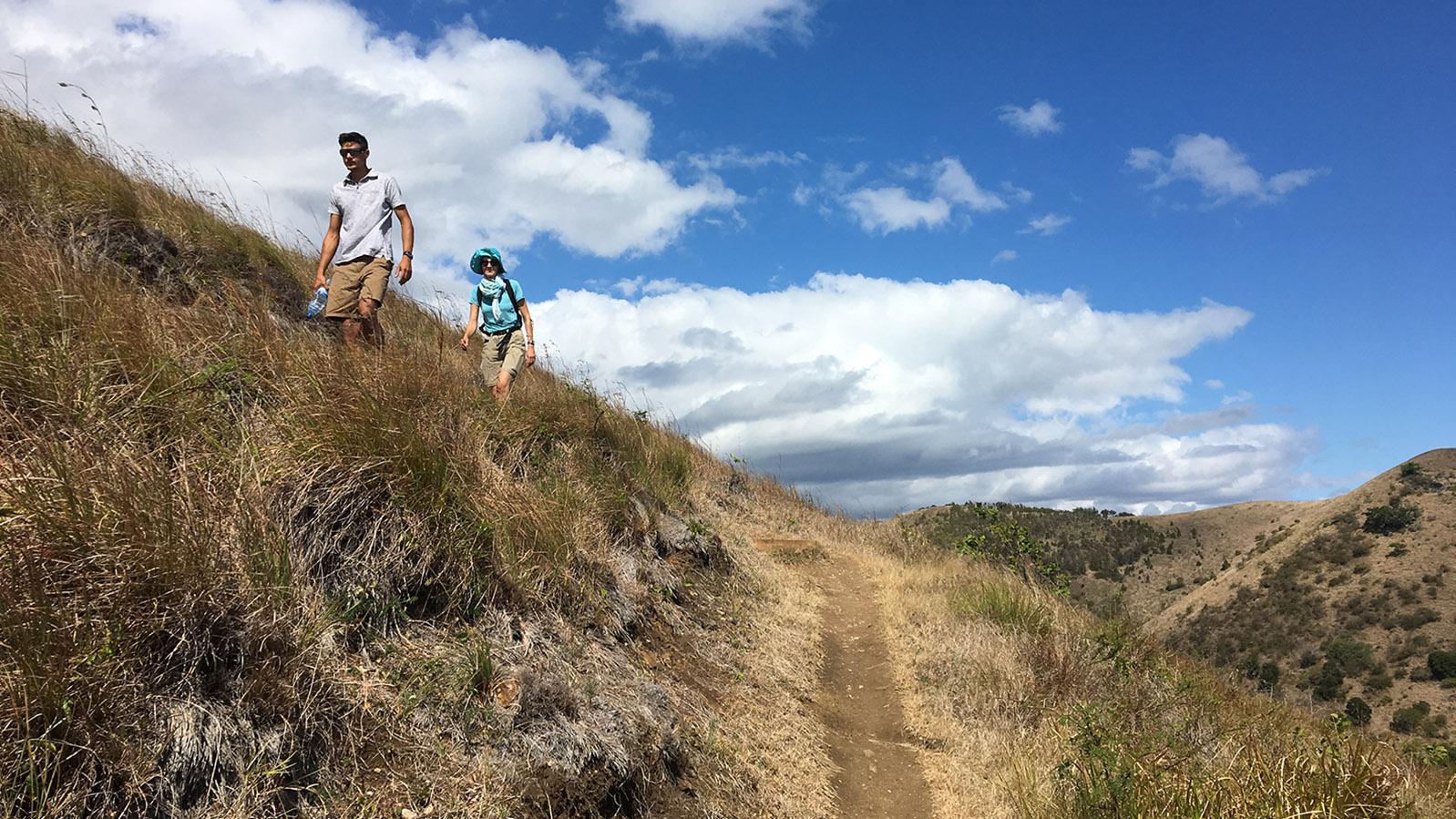 Wilde Westen: Aufstieg zum Aussichtsgipfel der Domaine de Deva bei Bourail. Foto: Hilke Maunder