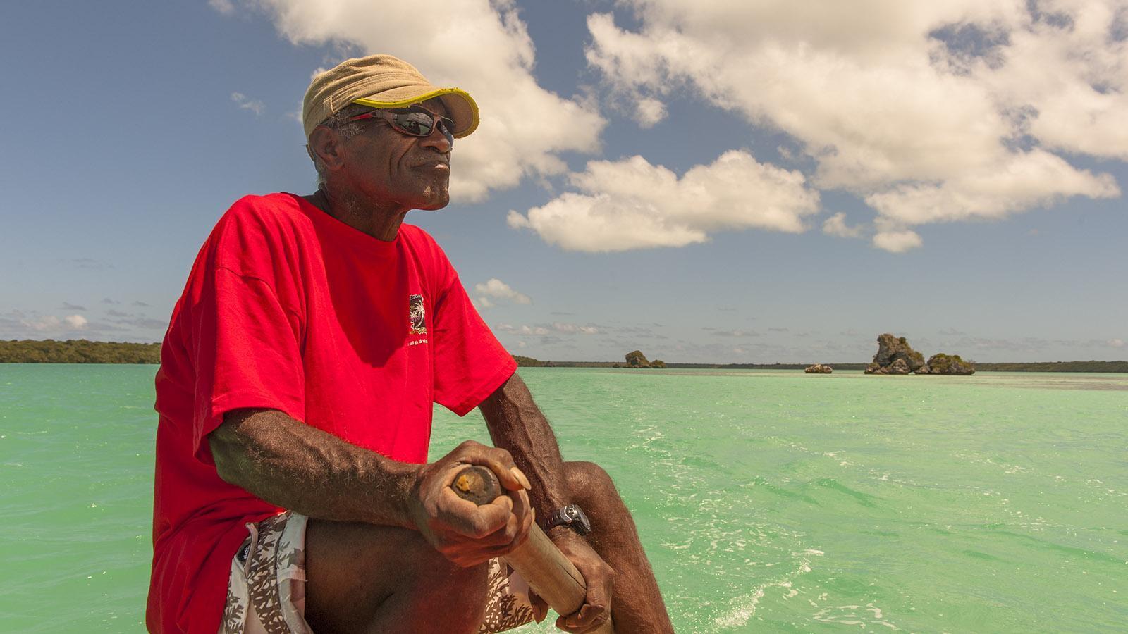 Île des Pins: Edmond schippert mit euch zwei Stunden lang mit seinem Outrigger-Kanu durch die Baie d'Upi. Foto: Hilke Maunder