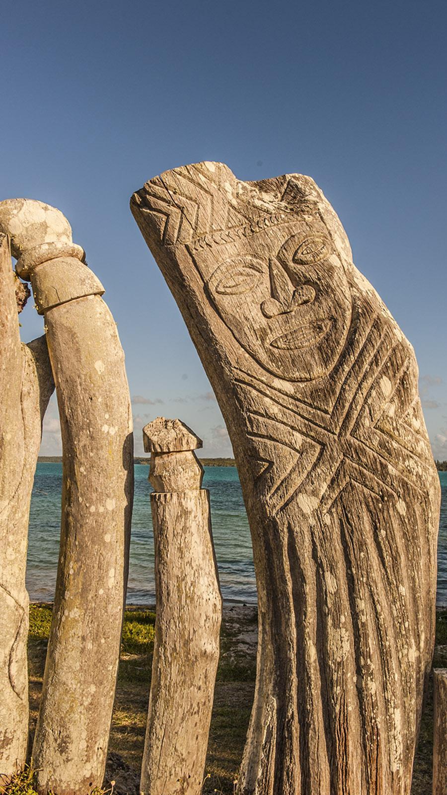Île des Pins: Kanakische Wächterfiguren beschützen einen christlichen Heiligen: Bis vor wenigen Jahren war der Katholizismus Pflichtreligion für Kanaken - das hatte ihr Grand Chef festgelegt. Foto: Hilke Maunder
