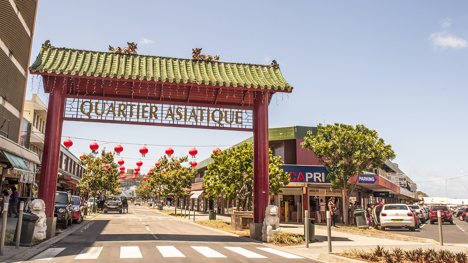 Ein roter Torbogen markiert den Eingang zum asiatischen Viertel von Nouméa. Foto: Hilke Maunder