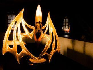 Nouméa: Kanakische Maske auf einem Schrank im Château Hagen. Foto: Hilke Maunder