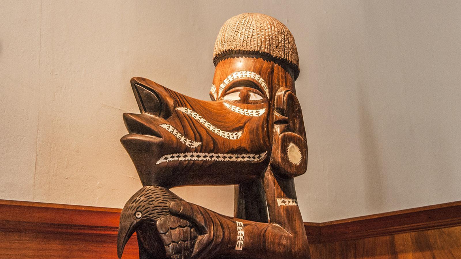 Nouméa: Kanakische Volkskunst auf einem Schrank im Château Hagen. Foto: Hilke Maunder