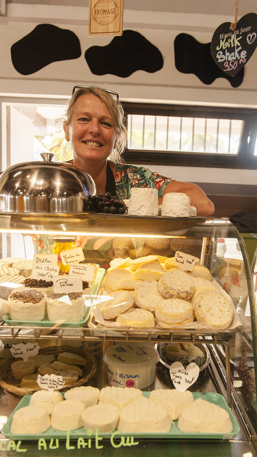 Marché de Nouméa: Isabelle ist seit vier Jahren die einzige Käsemacherin Neukaledoniens. Foto: Hilke Maunder