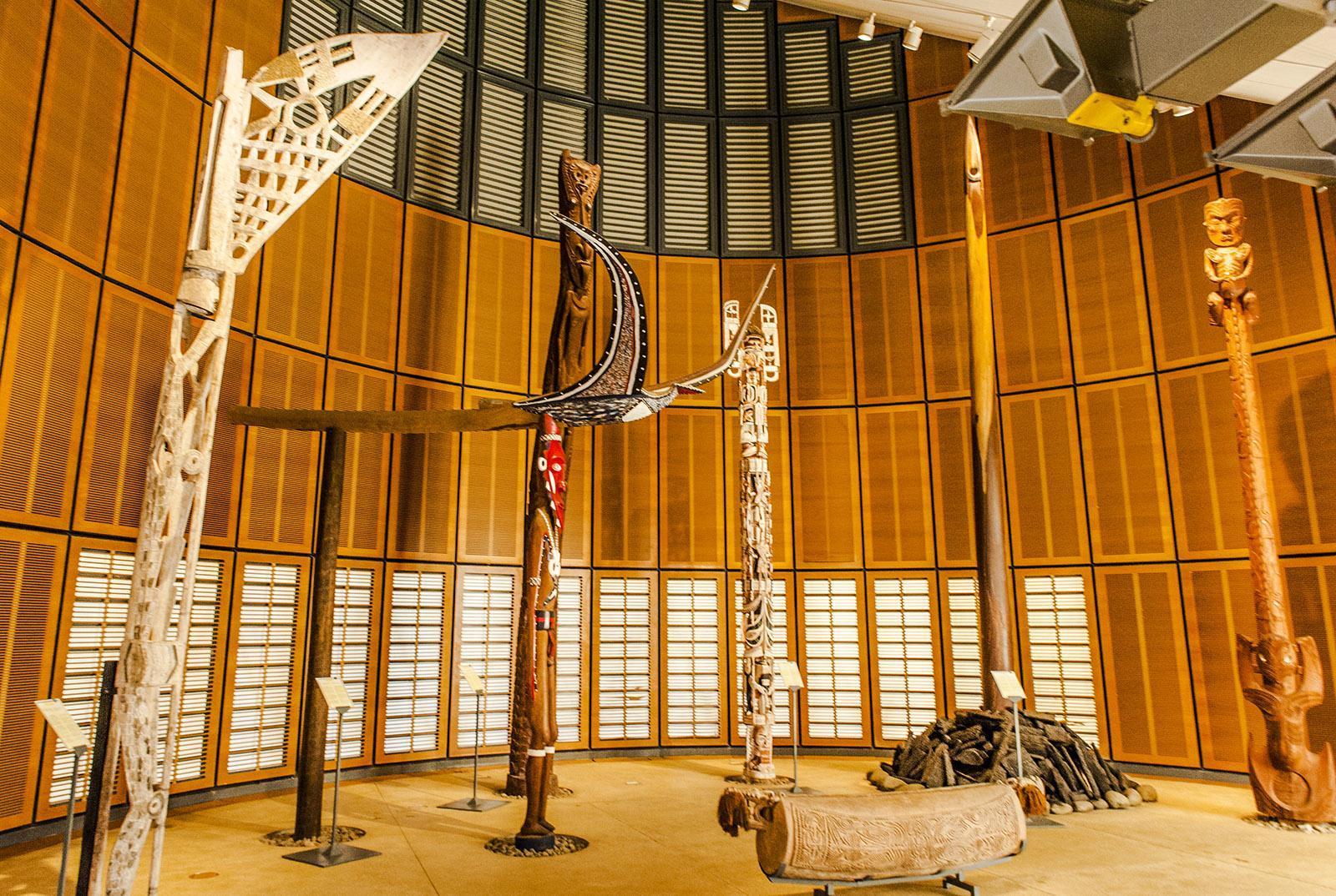 Nouméa: Ausstellung in der 1. case des Tjibaou-Kulturzentrums. Foto: Hilke Maunder