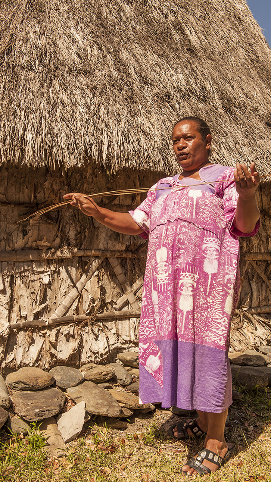 Nouméa: Die Kanakin Tika vor der Häuptlingshütte im Tjibaou-Kulturzentrum, Foto: Hilke Maunder