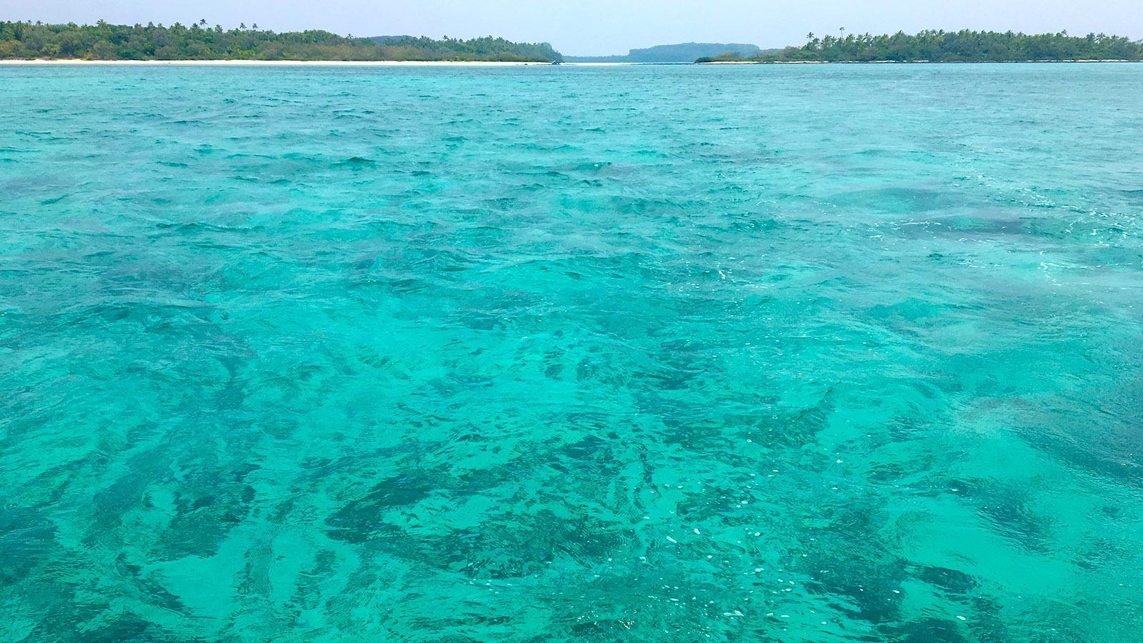 Glasklar und türkis: die einen bis drei Meter tiefen Fluten der Lagune von Ouvéa. Foto: Hilke Maunder