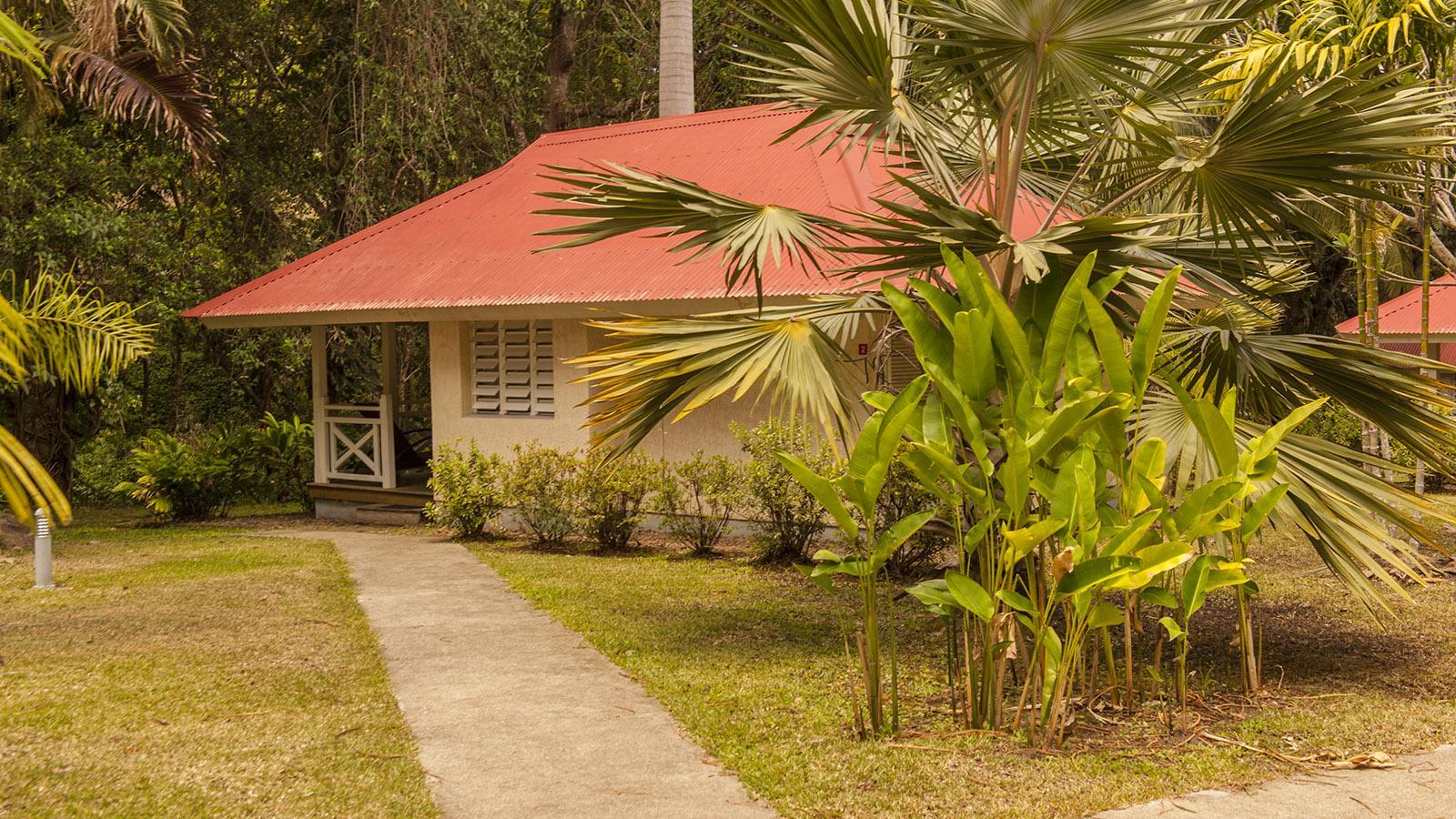 Der wilde Westen: Die Bungalows des Hotels Évasion sind eingebettet in einen exotischen Garten. Foto: Hilke Maunder