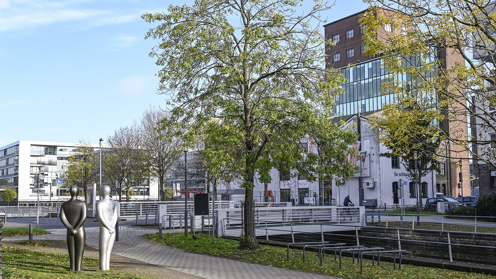 Duisburg: Für die Sanierung des Innenhafens entwarf Lord Norman Foster die Pläne. Foto: Hilke Maunder