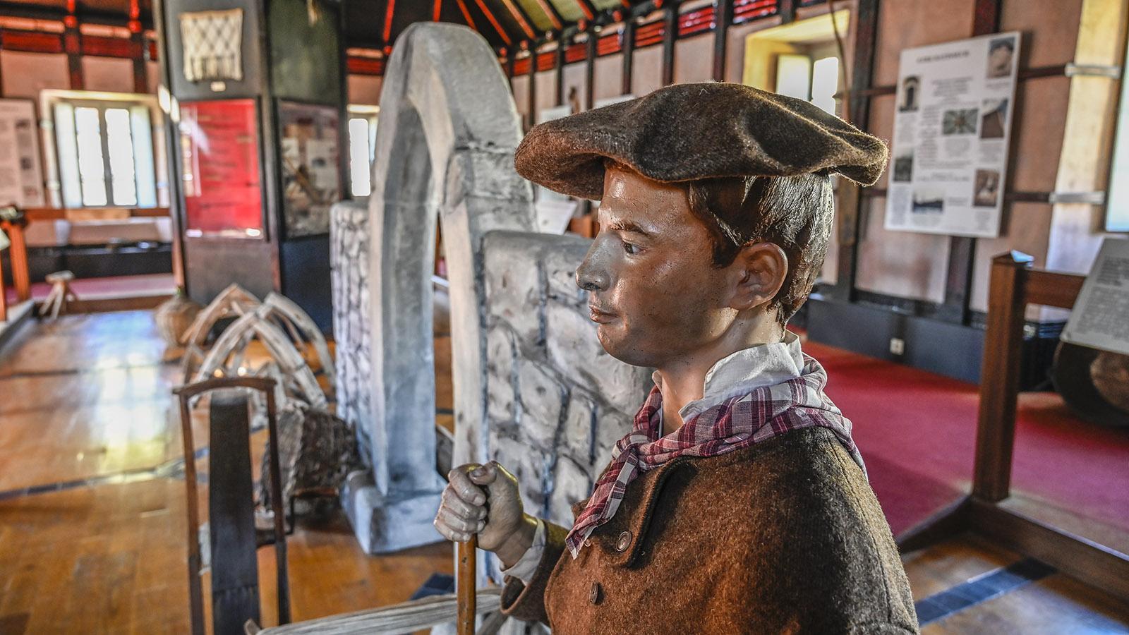 ls dekoratives Element dient.Titel F_Arreau_cagot_4_credits_Hilke Maunder. Beschriftung Große Menschen, kleine Menschen: Das Musée des Cagots stellt die Geschichte der französischen Paries in den Kontext – und erzählt von den großen und kleinen Menschen der Pyrenäen. Foto: Hilke Maunder Beschreibung Datei-URL: https://meinfrankreich.com/wp-content/uploads/2018/12/F_Arreau_cagot_4_credits_Hilke-Maunder..jpg