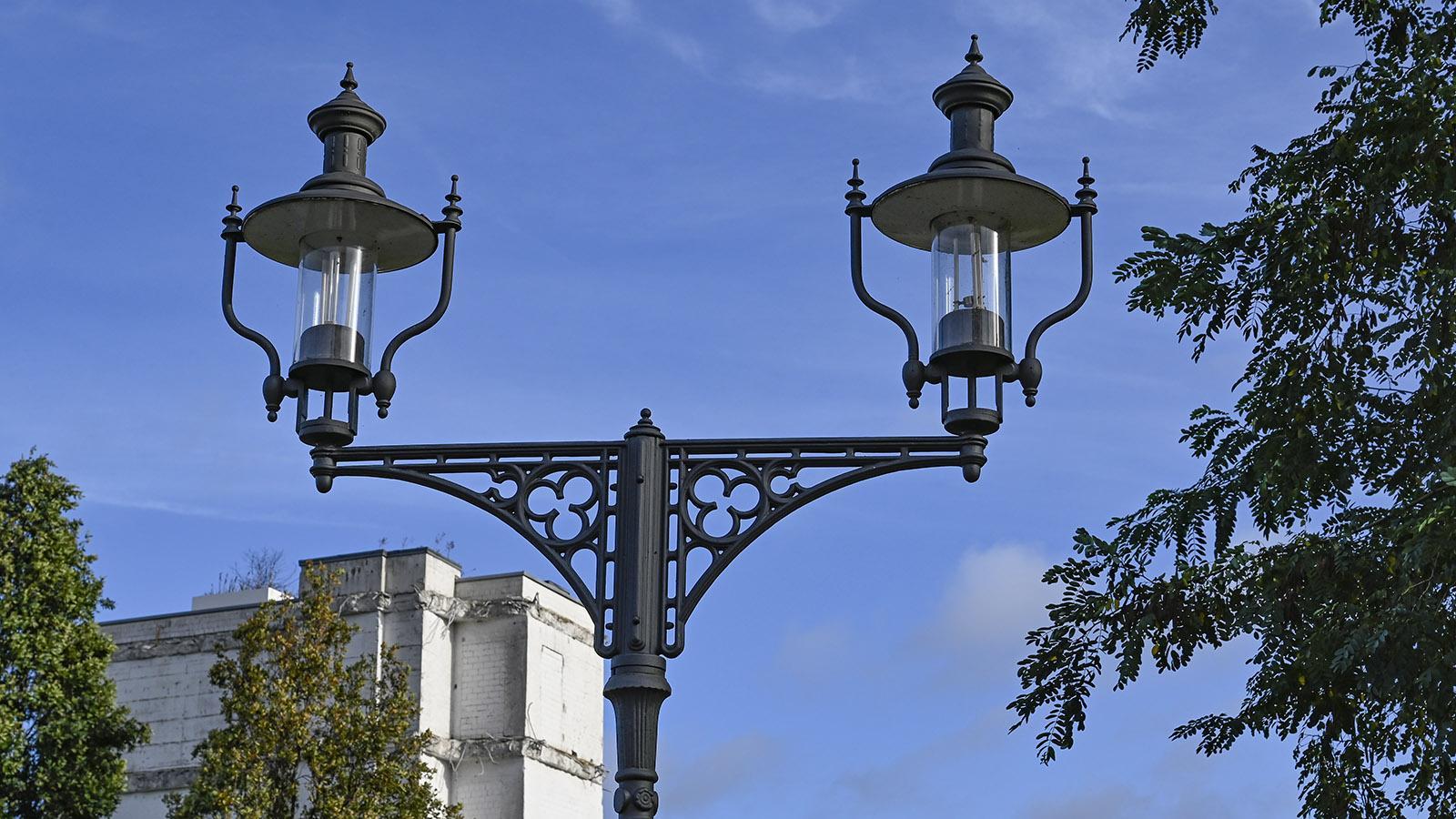 Duisburg: Altes Aussehen, neues Innenleben: die Lampen am Innenhafen. Foto: Hilke Maunder
