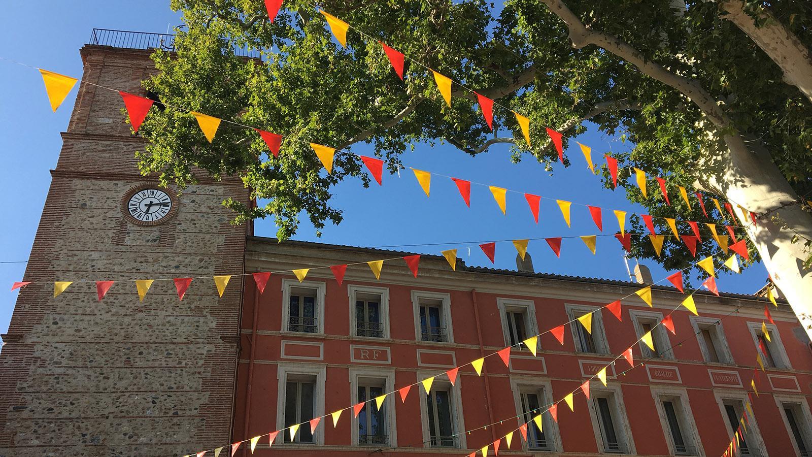 Festlich geschmückt in den Farben des Roussillon: Rivesaltes bei der Fête Babau. Foto: Hilke Maunder