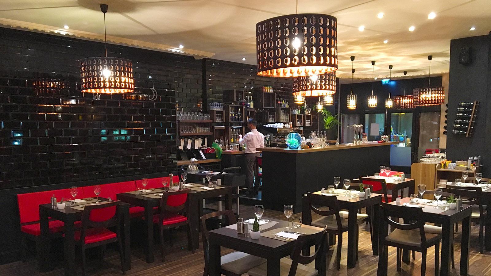 Stylisch: das Restaurant im Casino von Gréoux. Foto: Hilke Maunder
