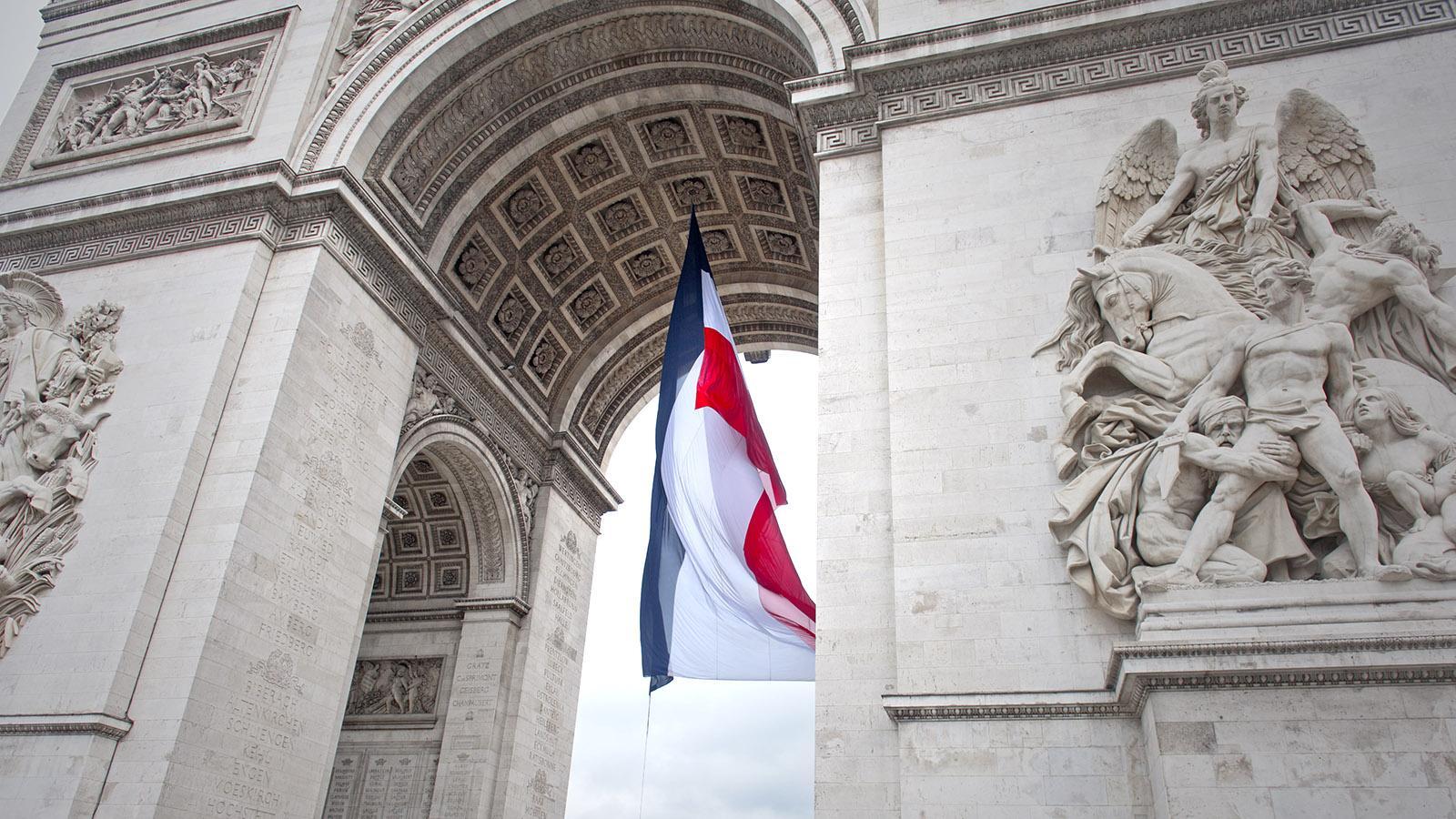 Detail des Arc de Triomphe mit der Trikolore. Foto: Hilke Maunder