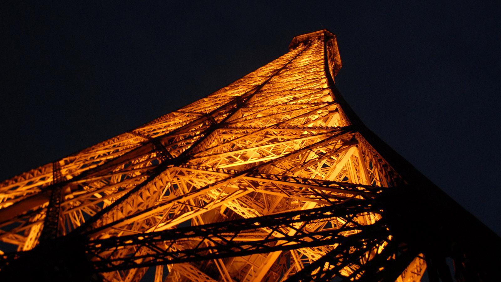 Der Eiffelturm (Tour Eiffel) bei Nacht. Foto: Hilke Maunder