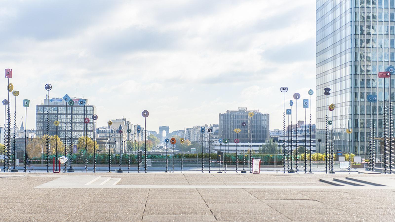 Das Bassin Akis: Das bewegliche Kunstobjekt begrenzt die Promenade von La Défense Richtung Triumphbogen. Foto: Hilke Maunder