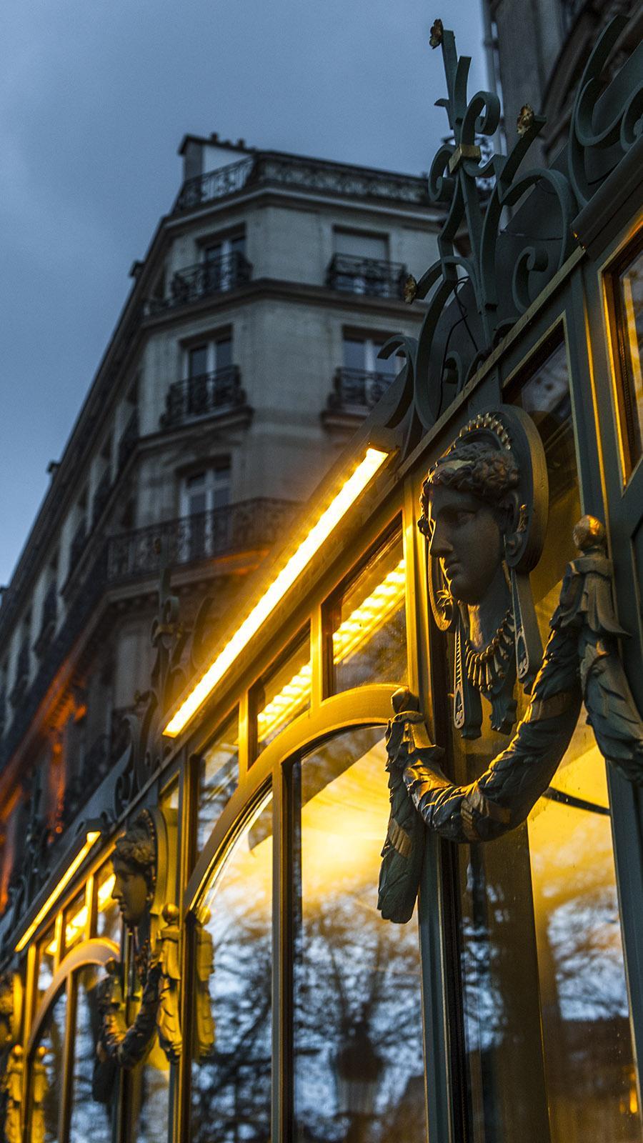 Die Fassade von Ladurée an den Champs-Élysées. Foto: Hilke Maunder
