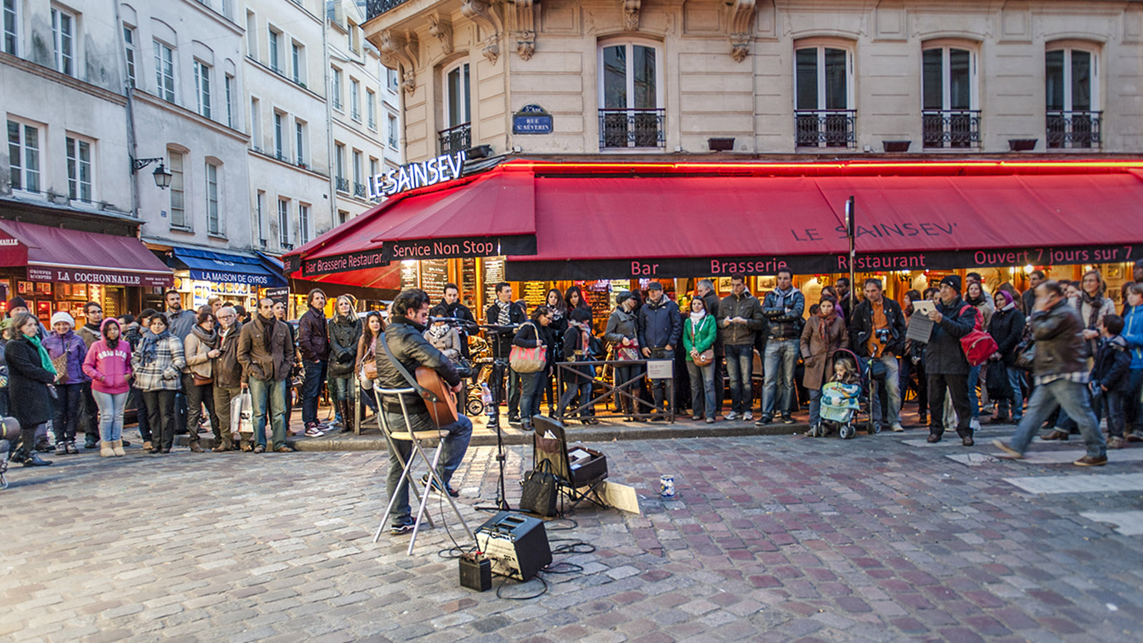 Beliebter Ort für Livemusik: das Kopfsteinfplaster von der Caféterrasse des Saint-Sev an der Place Saint-Michel im Quartier Latin. Foto: Hilke Maunder