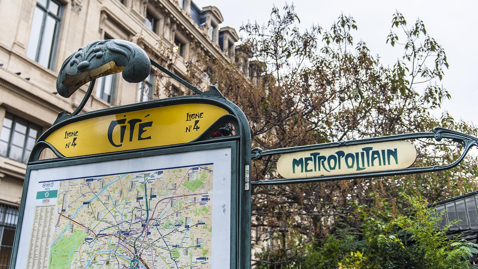 Auf der Île de la Cité findet ihr noch einen der traditionellen Jugendstil-Metroeingänge. Foto: Hilke Maunder