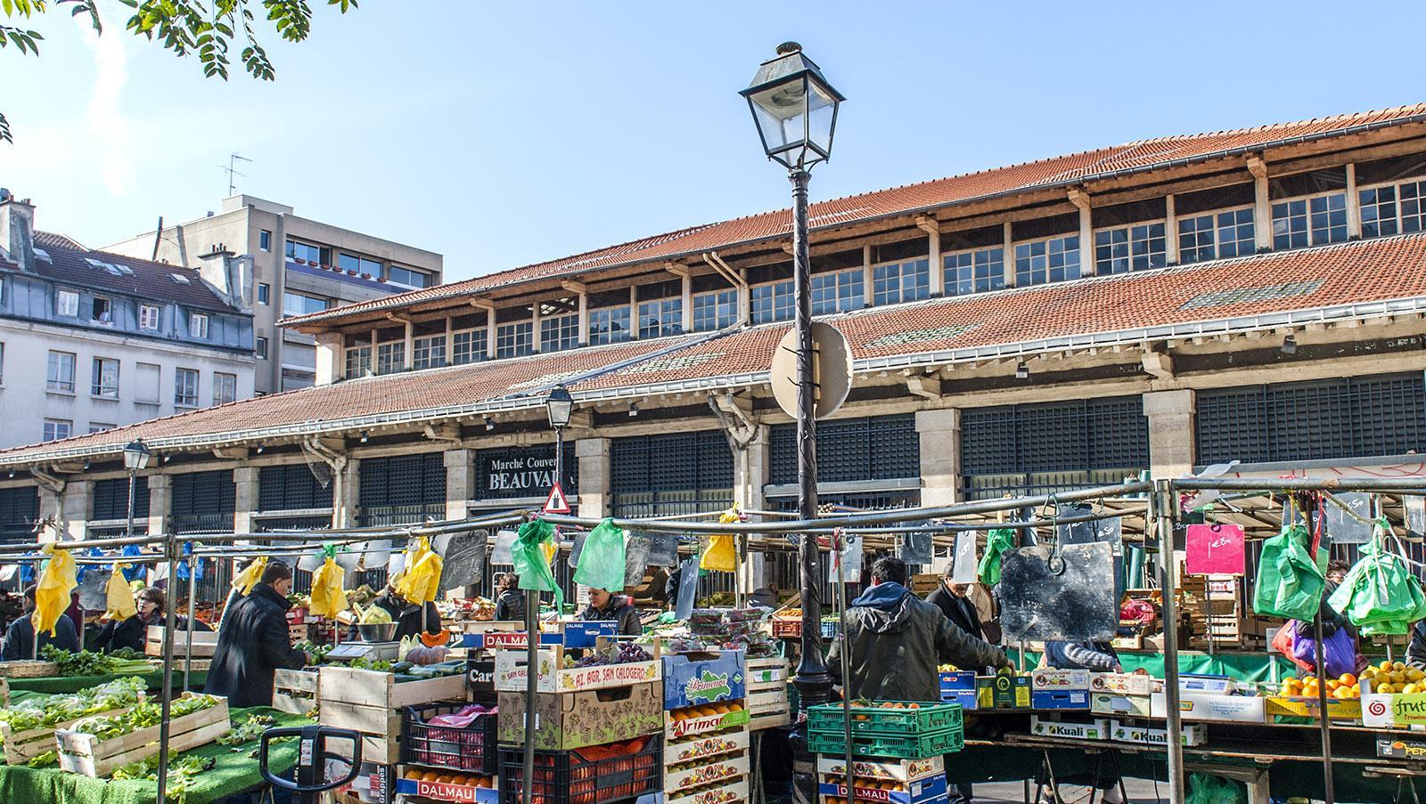 Märkte: Die Place d'Aligre mit ihrer Markthalle und dem Freiluftmarkt. Foto: Hilke Maunder