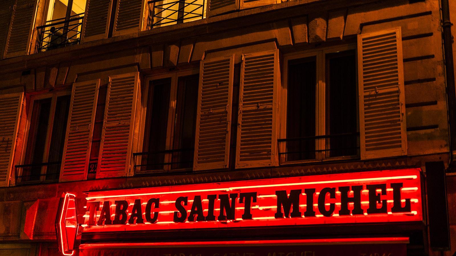 Nächtliche Leuchtreklame im Quartier Latin. Foto: Hilke Maunder