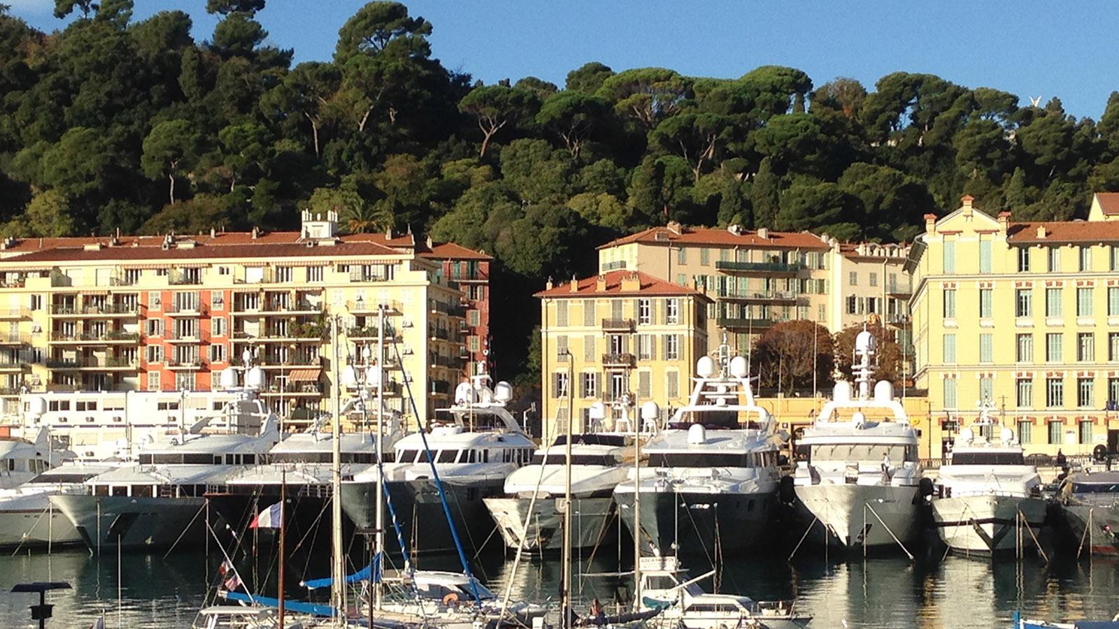 Nur an wenigen Stellen säumen keine Hochhaustürme die Hafenbecken von Monaco. Foto: Hilke Maunder