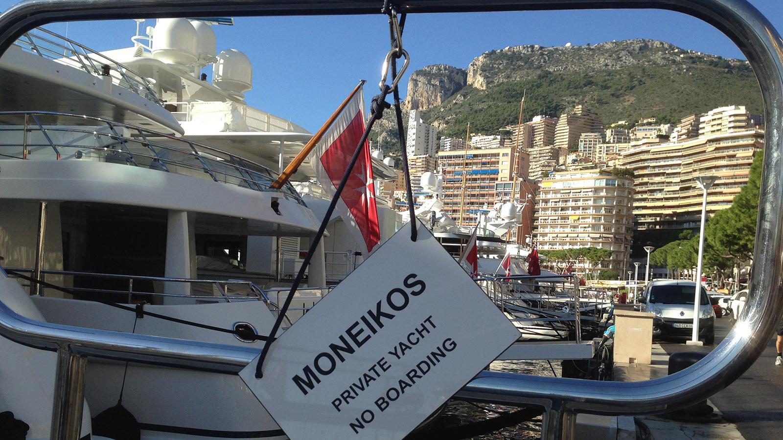 Kein Zutritt! Solche Schilder haben die Jachtbesitzer im Hafen von Monte-Carlo fast immer an die Gangway gehängt. Foto: Hilke Maunder