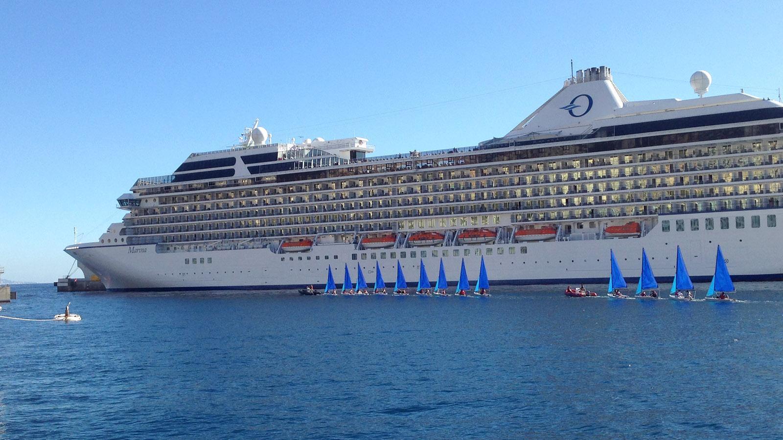 Kontraste à la Monaco: Segelschüler vor einem Kreuzfahrtschiff. Foto: Hilke Maunder