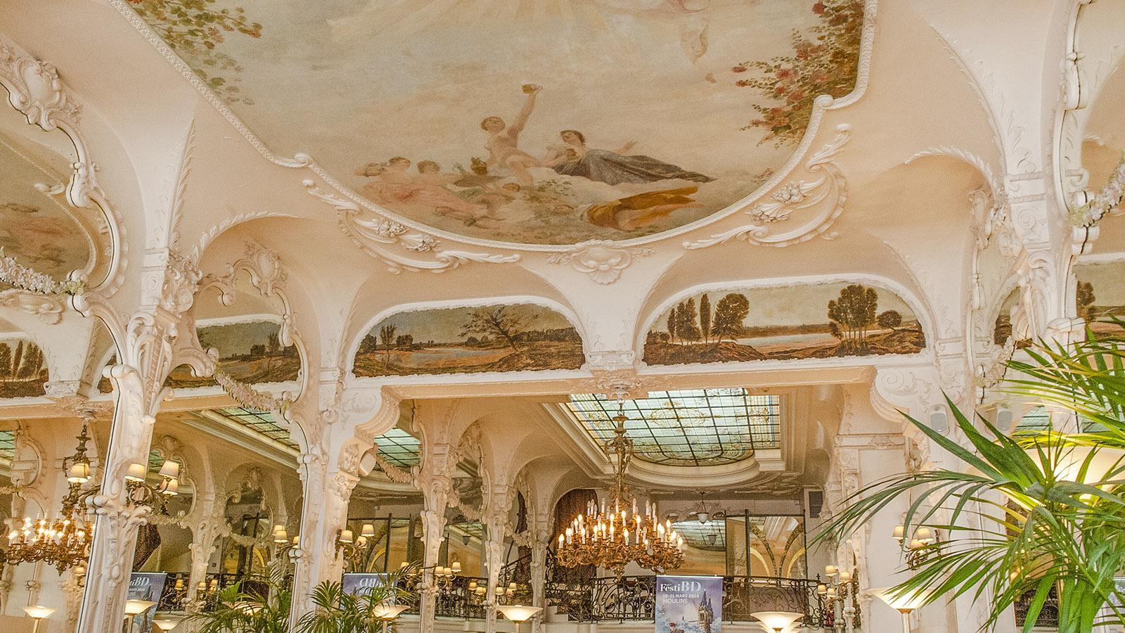 Auvergne. Prachtvoll opulent: das Grand Café von Moulins. Foto: Hilke Maunder