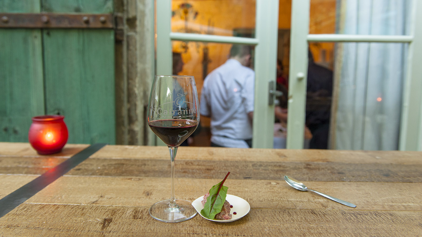 Ein Rotwein aus dem Anbaugebiet der südlichen Côtes du Rhône läutet in Avignon den Abend ein. Foto Hilke Maunder