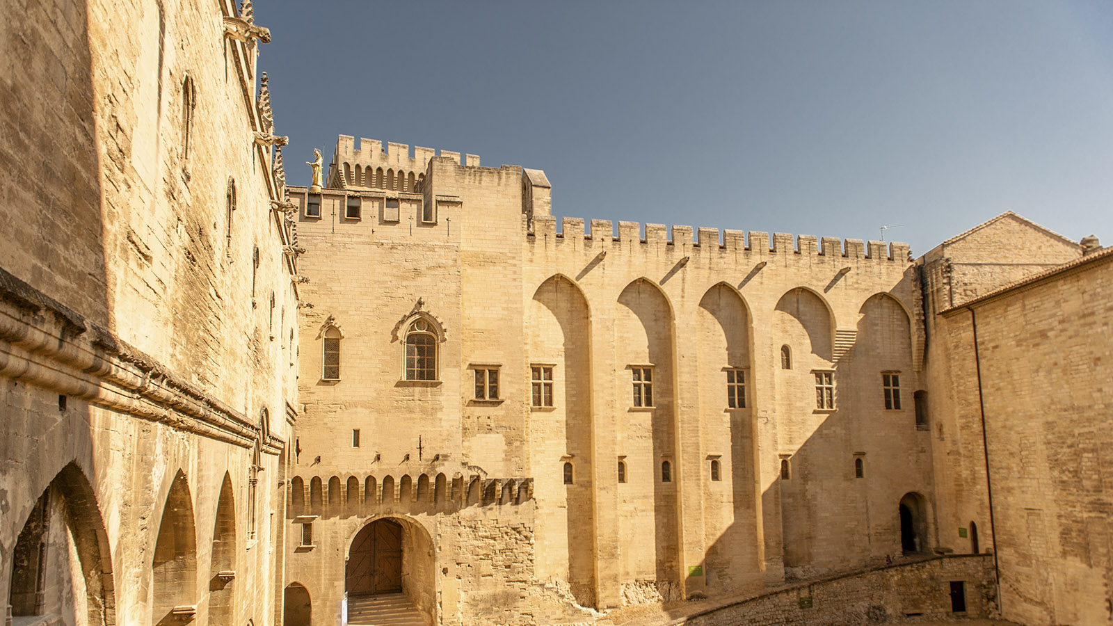 Der Innenhof des Palais des Papes von Avignon. Foto: Hilke Maunder