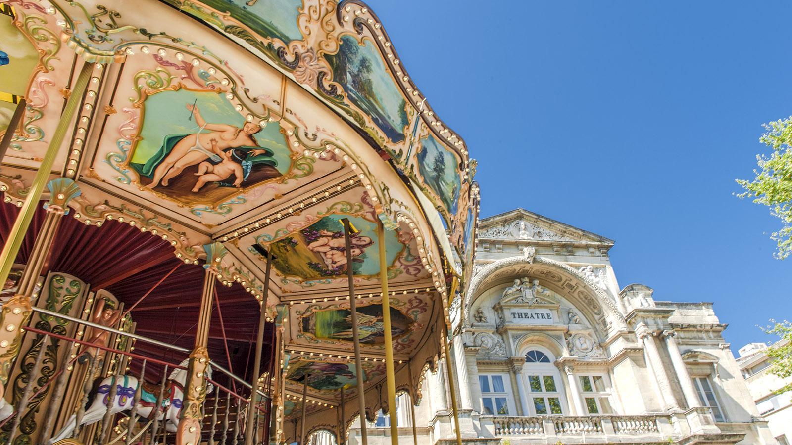 Avignon: Auf der Place de l'Horloge dreht sich vor dem Rathaus ein nostalgisches Karussell. Foto: Hilke Maunder
